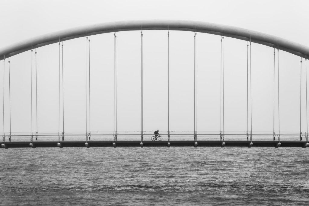 over de brug komen